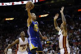 Stephen Curry sa 36 poena i 12 asistencija demolirao Miami Heat (AP)