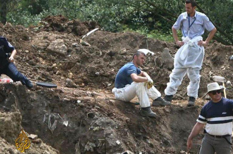 Godine 2001. na mjestu proslave otkrivena masovna grobnica u kojoj su pronađena 744 tijela pobijenih albanskih civila sa Kosova (Al Jazeera)