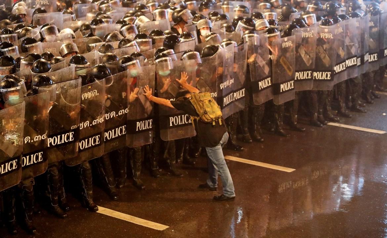 Anurak Jeantawanich (52) gura policajce tokom protesta u Bangkoku protiv vlasti Tajlanda. (Reuters)