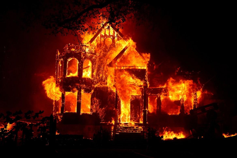 Zapaljena kuća u kalifornijskoj St Heleni (Reuters)