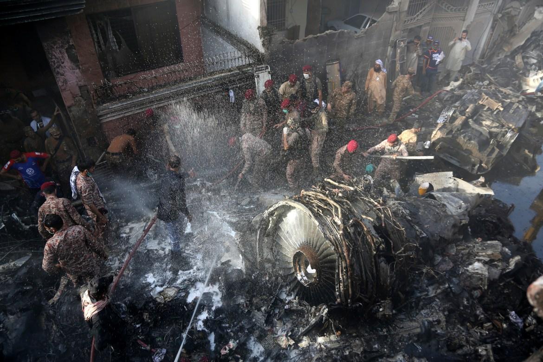Članovi spasilačke službe i stanovnici Karachija (Pakistan) traže preživjele nakon pada aviona. (AP)