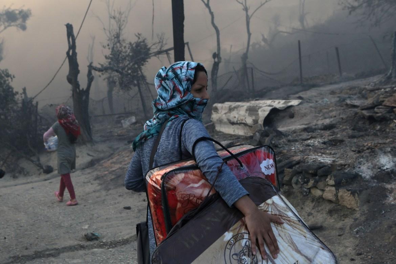 Izbjeglica nosi svoje stvari nakon požara u kampu Morija za izbjeglice i migrante na grčkom otoku Lesbos. (Reuters)
