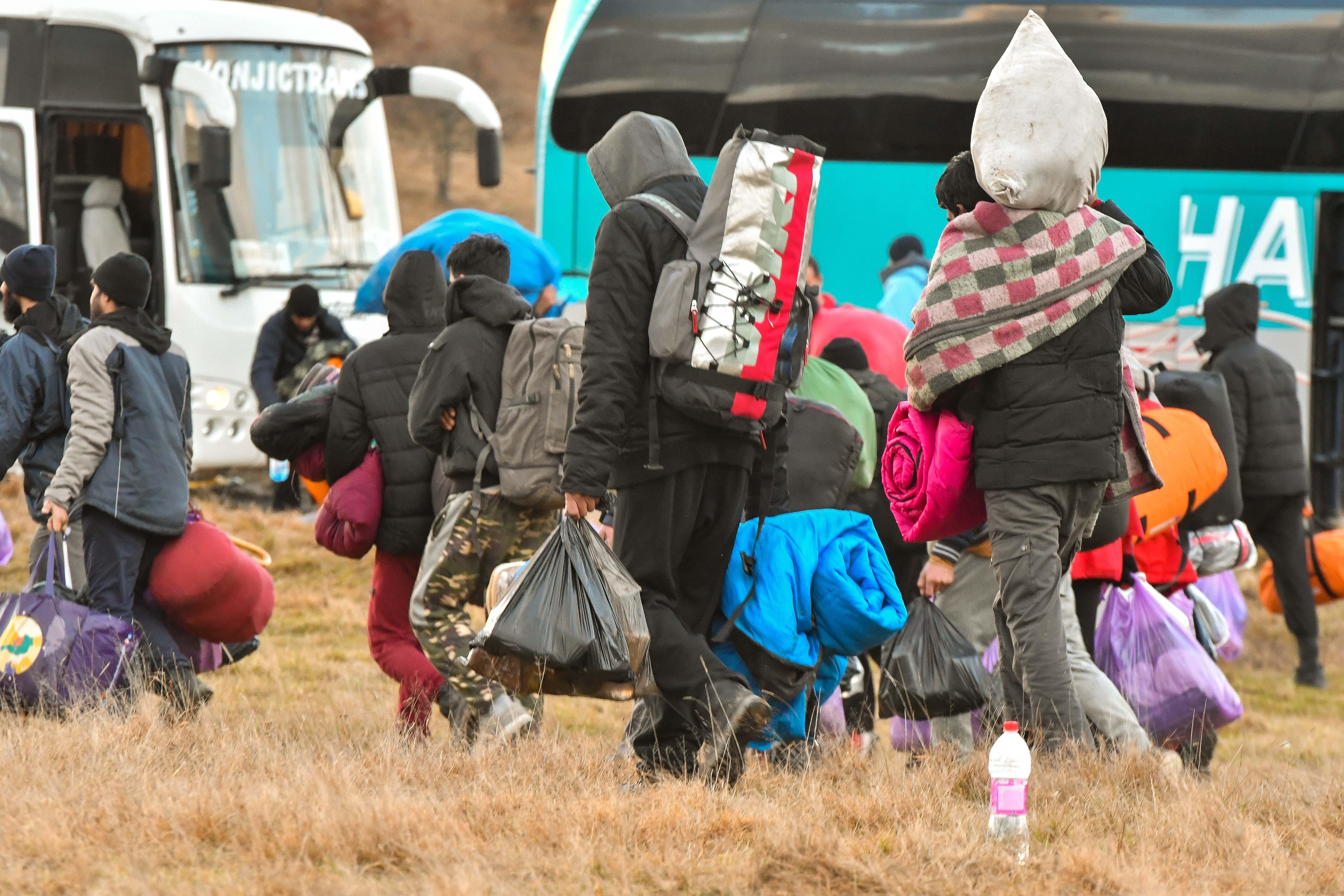 Guardian: Svjetske sile evakuiraju Afganistance, a Hrvati ih pljačkaju