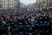 Policajci ispred demonstranata u Saint Petersburgu (Reuters/Anton Vaganov)