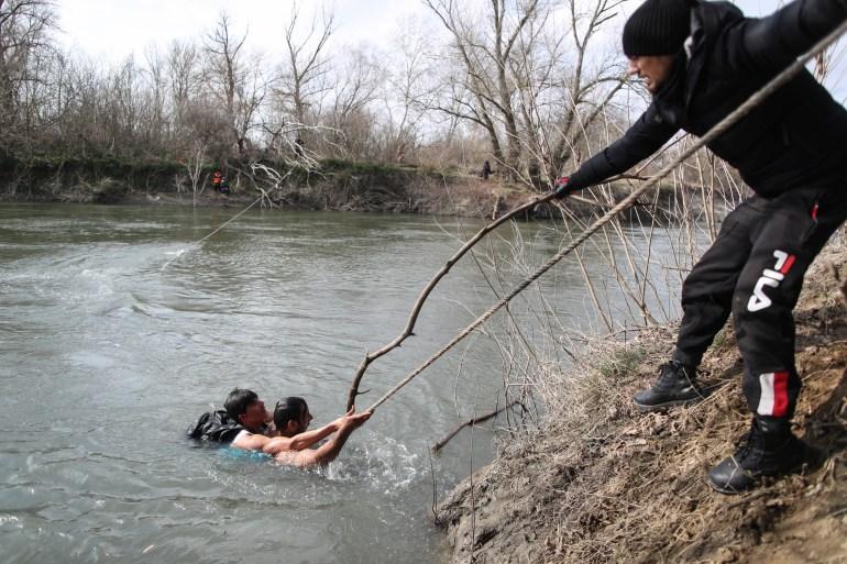 Bez razmišljanja nekoliko migranata je ušlo u hladnu i nabujalu rijeku te spasilo ženu od sigurnog utapanja (EPA - Ilustracija)