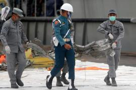 epa08945339 Indonesian soldiers carry debris of Sriwijaya Air flight SJ 182 plane recovered from the crash site in waters off Jakarta, at Tanjung Priok port in Jakarta, Indonesia, 18 January 2021. Sriwijaya Air flight SJ182 crashed into the sea off the Jakarta coast on 09 January 2021 shortly after taking off from Jakarta International Airport while en route to Pontianak in West Kalimantan province. EPA-EFE/ADI WEDA (EPA)
