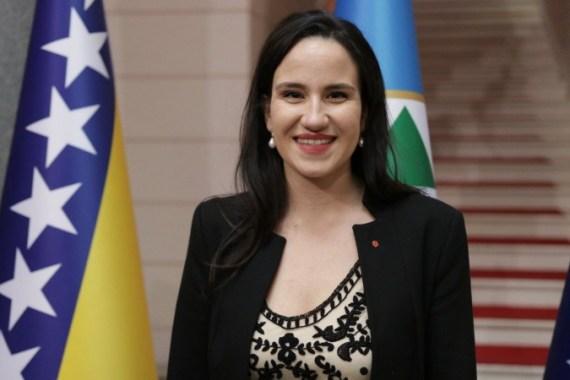 Karić je uporedo diplomirala na dva fakulteta, na Pravnom fakultetu i na Odsjeku za historiju Filozofskog fakulteta (Fena)