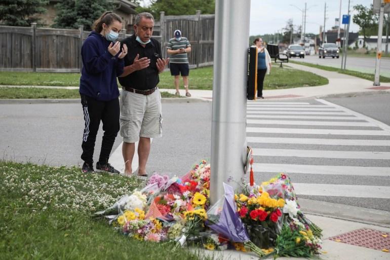 Ljudi izgovaraju molitvu na mjestu gdje je muškarac pregazio muslimansku porodicu u Londonu u državi Ontario u Kanadi, što je policija opisala kao 'smišljenim činom motiviran mržnjom' [Carlos Osorio / Reuters