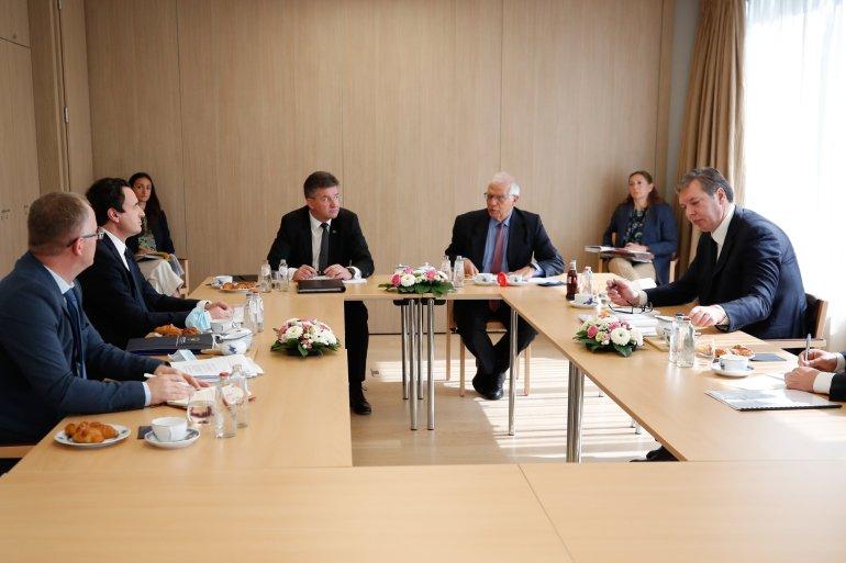 Aleksandar Vučić kaže da pred Srbijom nisu laki dani i da situacija nije ružičasta (Twitter)