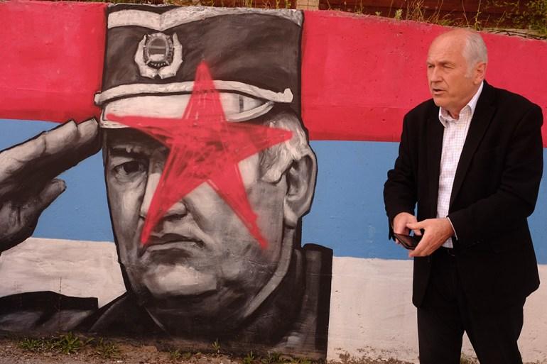 Valentin Inzko ispred murala Ratku Mladiću u Foči (Twitter/OHR)