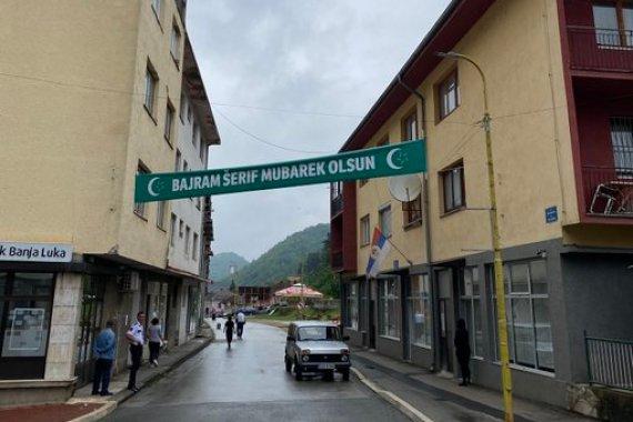 Čestitka koja je danas skinuta u centru Srebrenice [Ahmed Hrustanović/Twitter]