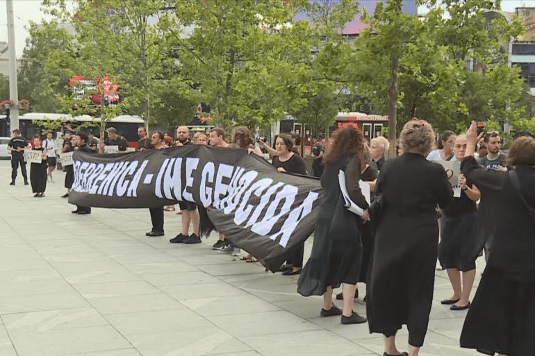 Članovi organizacije Žene u crnom policijskim obručem bili su odvojeni od grupe koja je pokušala isprovocirati incidente (Al Jazeera)