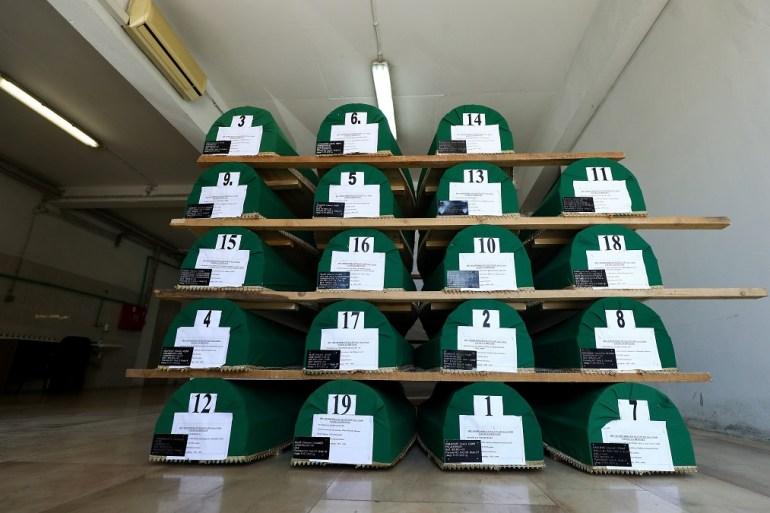 Tabuti s posmrtnim ostatcima 19 žrtava genocida u Srebrenici spremni su za kolektivnu dženazu u Potočarima (Armin Durgut / PIXSELL)
