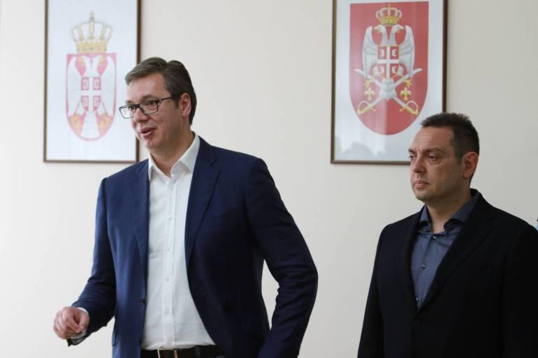 Ministar unutrašnjih poslova Srbije Aleksandar Vulin (desno) rekao je da ako predsjednik Aleksandar Vučić odbije kandidaturu za drugi mandat na predsjedničkim izborima, on će nastavi Vučićevim putem (Anadolija)