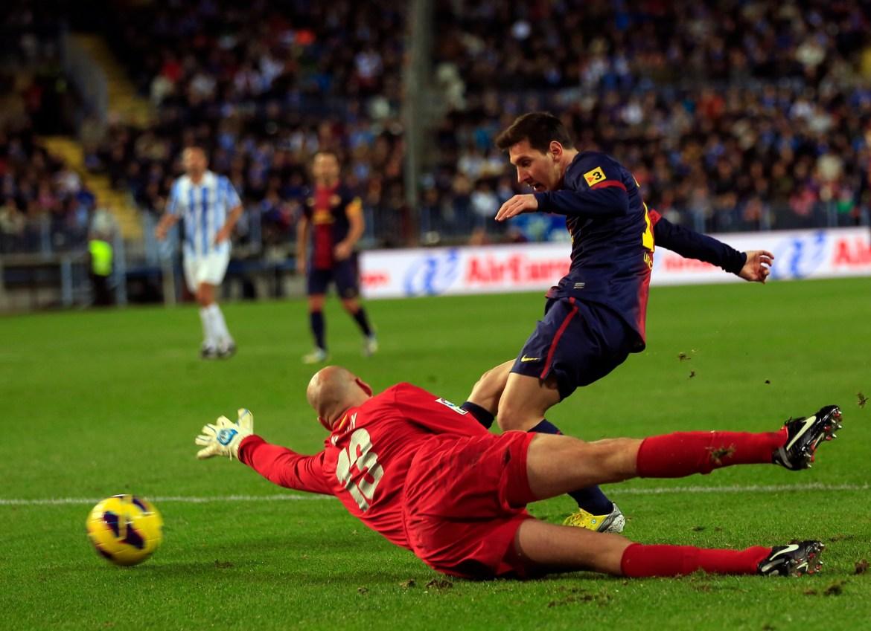 Messi šutira loptu da zabije go pored golmana Malage Willyja Caballera tokom prvenstvene utakmice 13. januara 2013. [Marcelo del Pozo/Reuters]