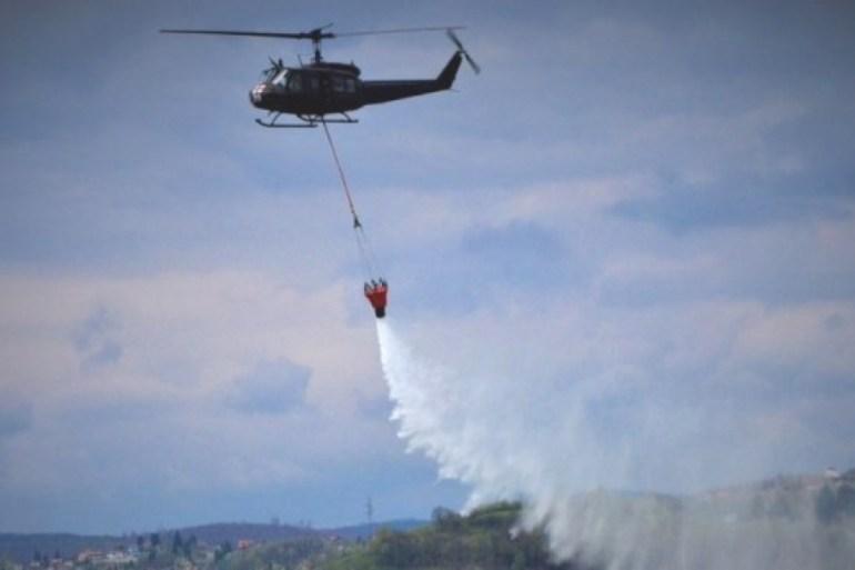 Helikopter Oružanih snaga BiH angažovan na gašenju požara u Kupresu (OSBIH)