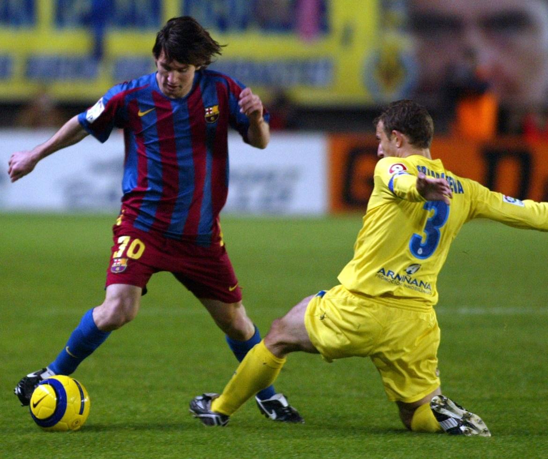 Messi (lijevo) izaziva Villarealovog Arruabarrena tokom utakmice u Španskoj ligi 4. decembra 2005. [Heino Kalis/Reuters]