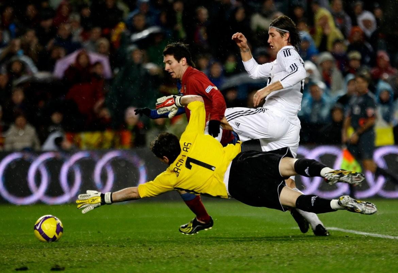 Messi dribla loptu pored golmana Real Madrida Casillasa tokom prvenstvene utakmice na stadionu Nou Camp, 2008. [Gustau Nacarino/Reuters]