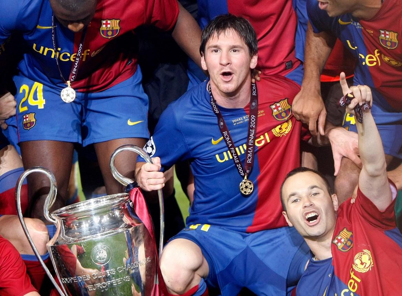 Messi (u sredini) i Iniesta (desno) slave s trofejem nakon pobjede u finalu Lige prvaka protiv Manchester Uniteda na Olimpijskom stadionu u Rimu u maju 2009. [Albert Gea/Reuters]