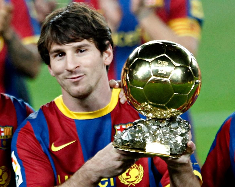 Messi pozira sa svojim trofejem Ballon d'Or, najbolji igrač godine, prije nogometne utakmice španskog Kupa kralja protiv Real Betisa na Camp Nou 12. januara 2011. [Gustau Nacarino/Reuters]