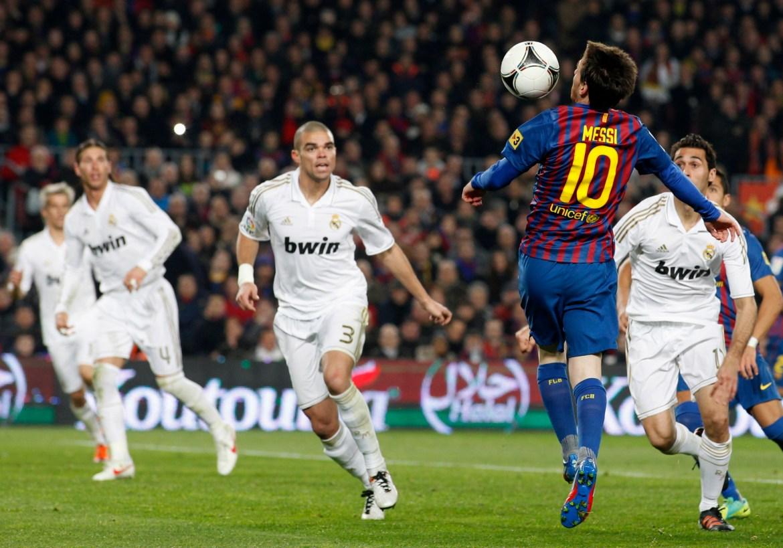 Messi (desno) dribla loptu ispred Real Madridovog Pepea (centar) tokom revanšne utakmice 'El Classica' u četvrtfinalu Španskog kupa kralja 25. januara 2012. [Gustau Nacarino/Reuters]