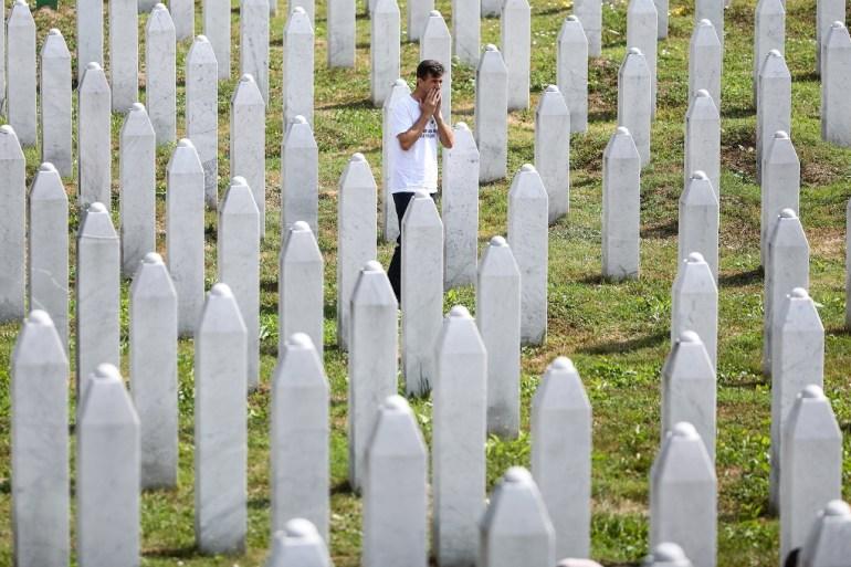 Muškarac stoji u Memorijalnom centru u Potočarima gdje su ukopani ubijeni u genocidu u Srebrenici (Armin Durgut/PIXSELL)