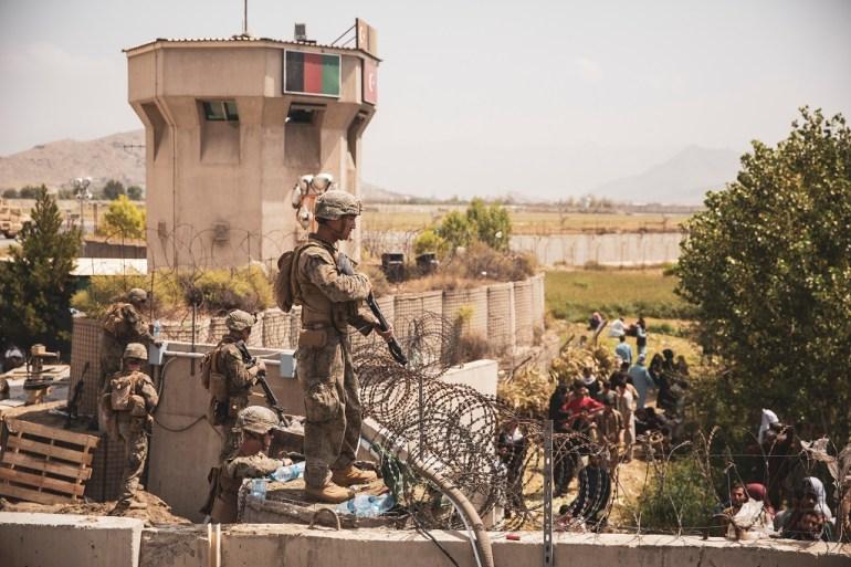 Američki vojnik učestvuje u osiguravanju evakuacije na aerodromu u Kabulu (Reuters)