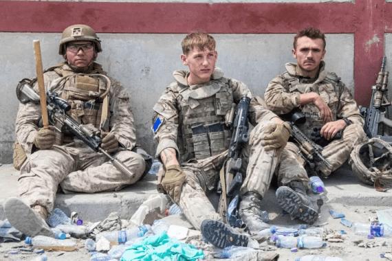 Pripadnici američke i britanske vojske angažirani na evakuaciji ljudi iz Kabula tokom kratke pauze 20. augusta 2021. (AP)