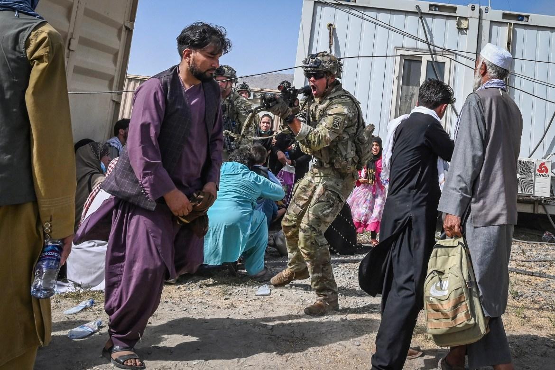 Američki vojnik s oružjem uperenim u Afganistanca na aerodromu u Kabulu (AFP)