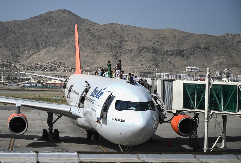 Očajni Afganistanci penjali su se na avione u nadi da će pobjeći iz zemlje (AFP)