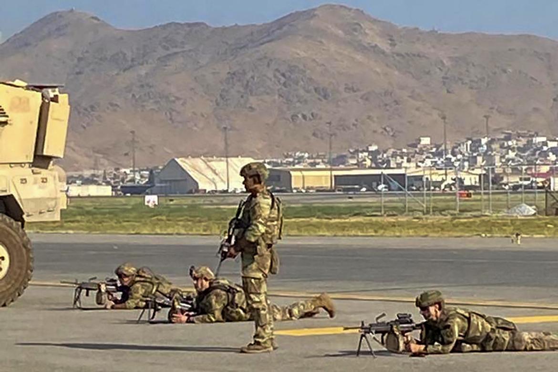Američki vojnici zauzimaju položaje na aerodromu (AFP)
