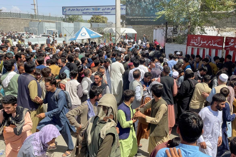 Ljudi pokušavaju ući u aerodrom u Kabulu