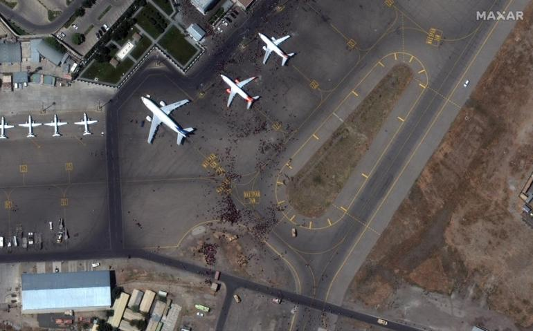 Satelitska fotografija aerodroma, sa ljudima na pistama