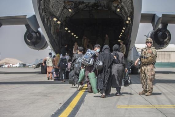 Porodice se počinju ukrcavati na Boeing C-17 Globemaster III američke ratne avijacije tokom evakuacije na aerodromu Hamid Karzai u Kabulu, Afganistan, 23. augusta 2021. (AP)