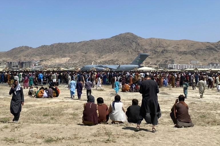 Stotine Afganistanaca pokušavaju doći do američkog transportnog aviona (AP)