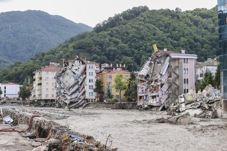 U Kastamonuu je u poplavama život izgubilo 29 građana, a u Sinopu dvoje, navedeno je u saopštenju (Anadolija)