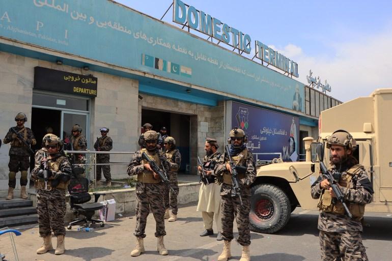 Talibanske snage ispred aerodroma Hamid Karzai u Kabulu (EPA)