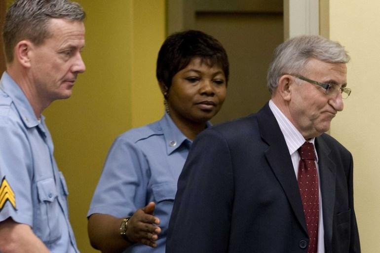 Vladimir Lazarević ulazi u sudnicu tribunala za ratne zločine u Haagu u januaru 2014. godine (EPA)