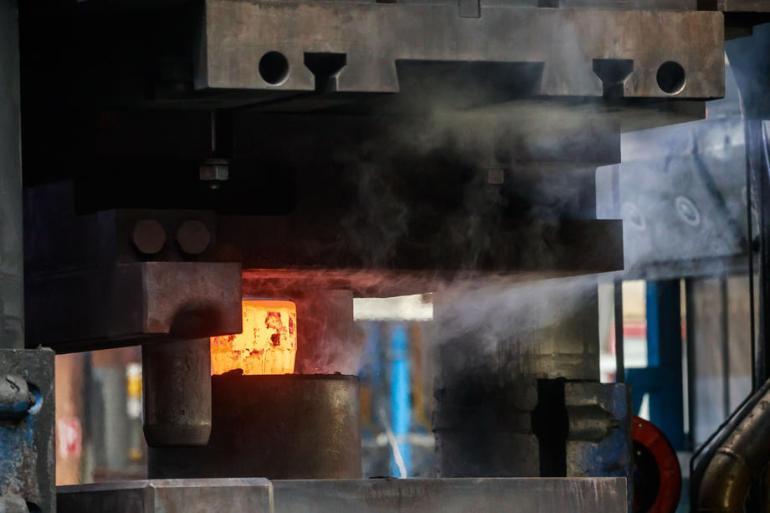 Sektor gvožđa i čelika odgovoran je za 2,6 gigatona direktne emisije ugljen-dioksida godišnje (EPA)