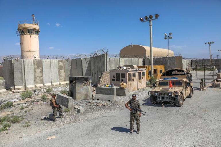 Američki marinac koji pomaže u obezbjeđenju evakuacije na međunarodnom aerodromu Hamid Karzai u Kabulu (EPA)
