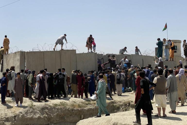 Ljudi pokušavaju preći zid aerodroma u Kabulu (EPA)