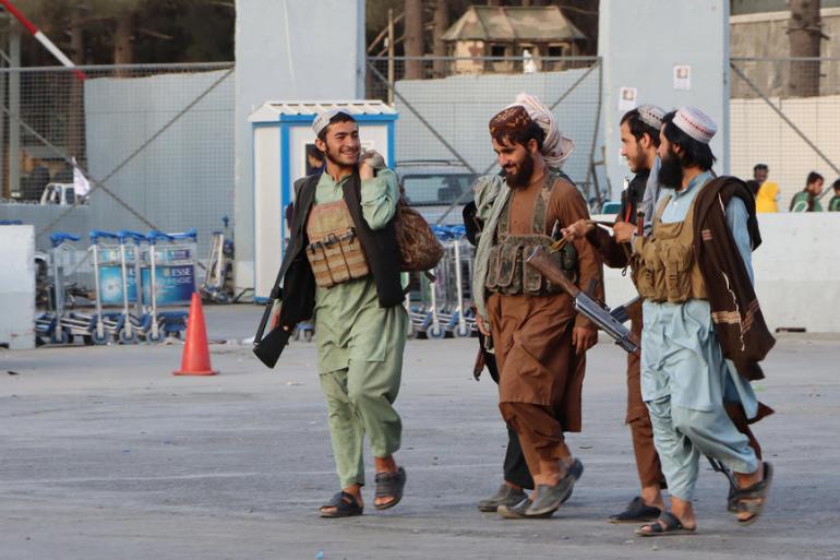 Talibanske patrole ispred međunarodnog aerodroma Hamid Karzai u Kabulu (EPA)