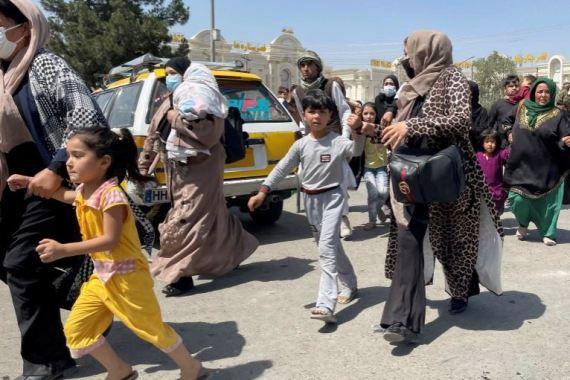 Žene s djecom pokušavaju ući unutar međunarodnog aerodroma Hamid Karzai u Kabulu 16. avgusta 2021. (Reuters)